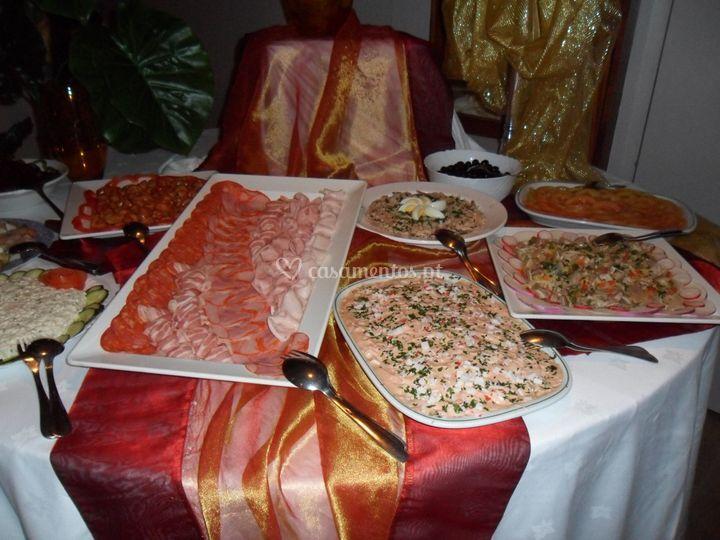 Mesa de saladas e charcutaria