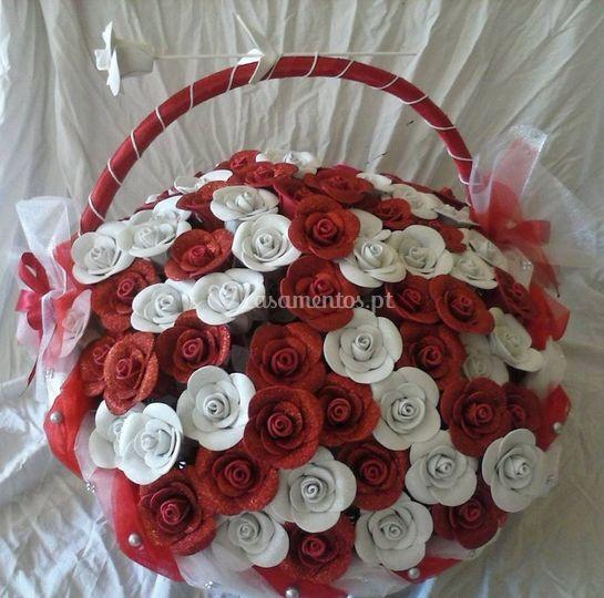 Cesto de flores vermelho e branco
