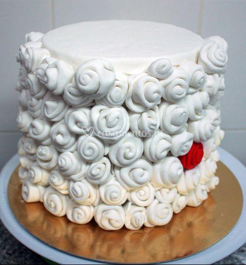 Bolo rosas brancas e vermelha