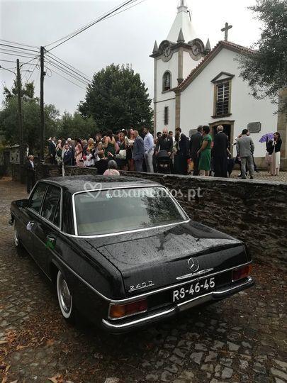 Carro de casamento na igreja