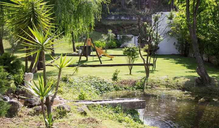 Lago e parque infantil