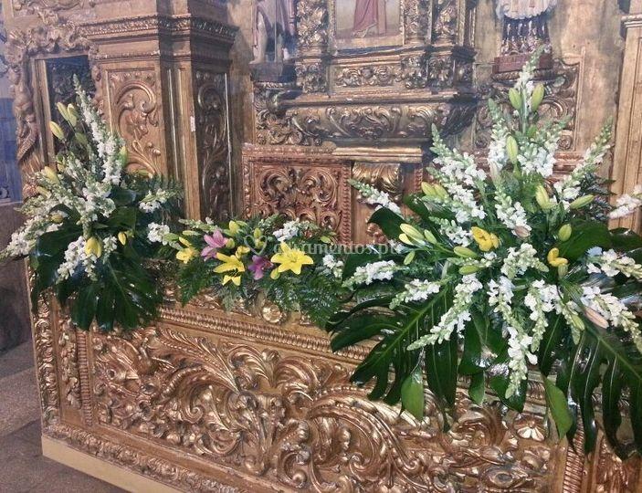 Arranjo em altar de igreja