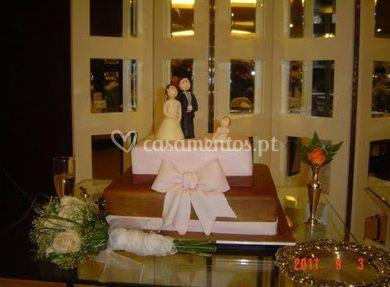 Com o bolo de casamento da noiva e do noivo