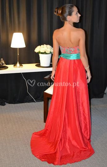 Vestido vermelho com aplicação