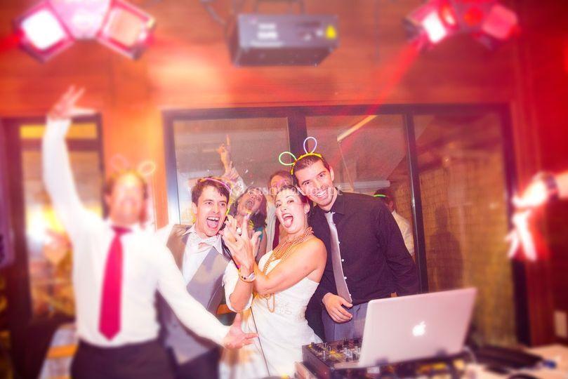 Os noivos e convidados adoram