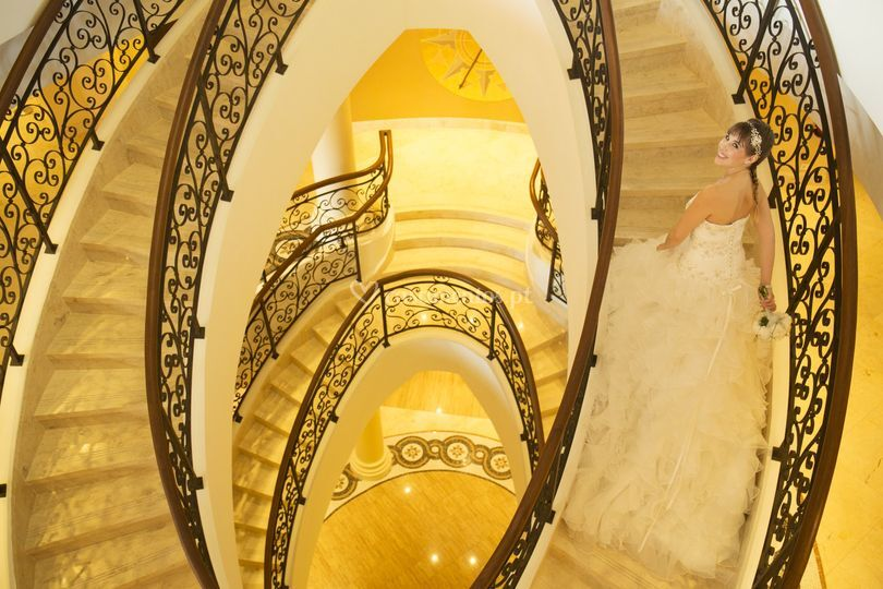 Noiva na escadaria principal