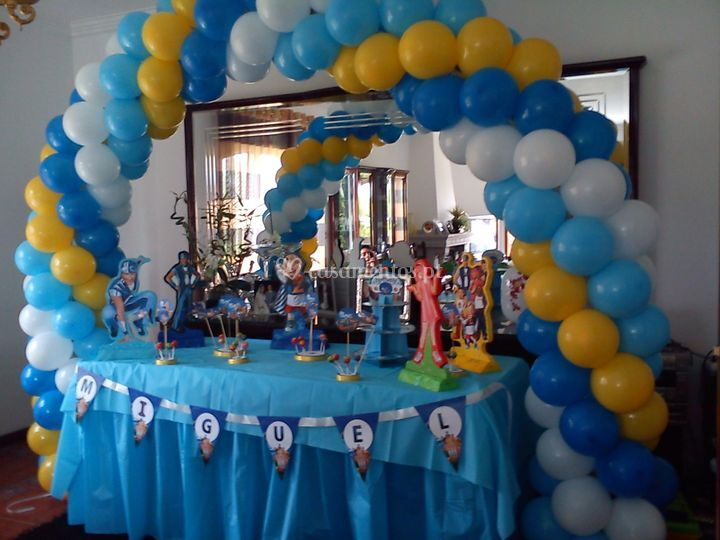 Mesa e arco de balão