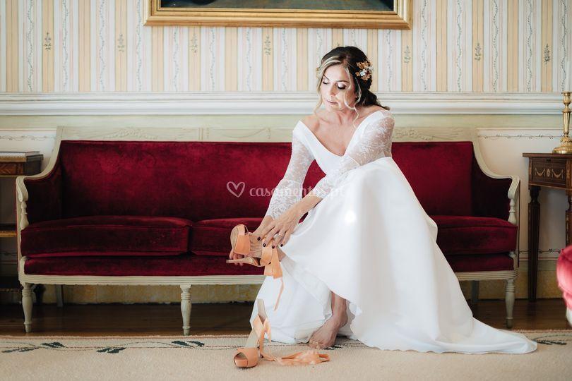 Noiva calçando o sapato