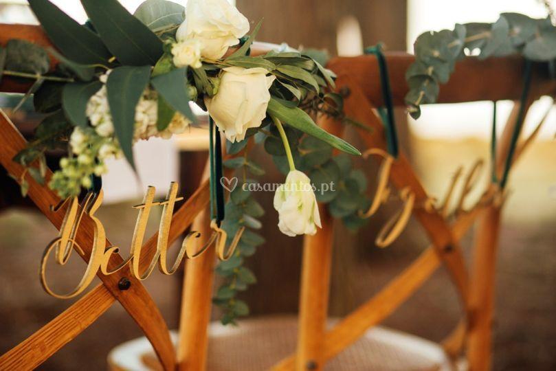 Decoração cadeiras noivos