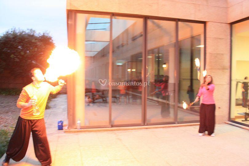 Cuspidor de fogo e malabarista