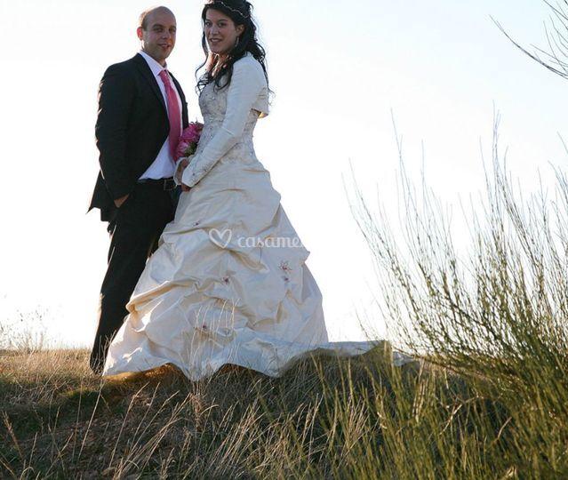 Noiva e noivo no campo