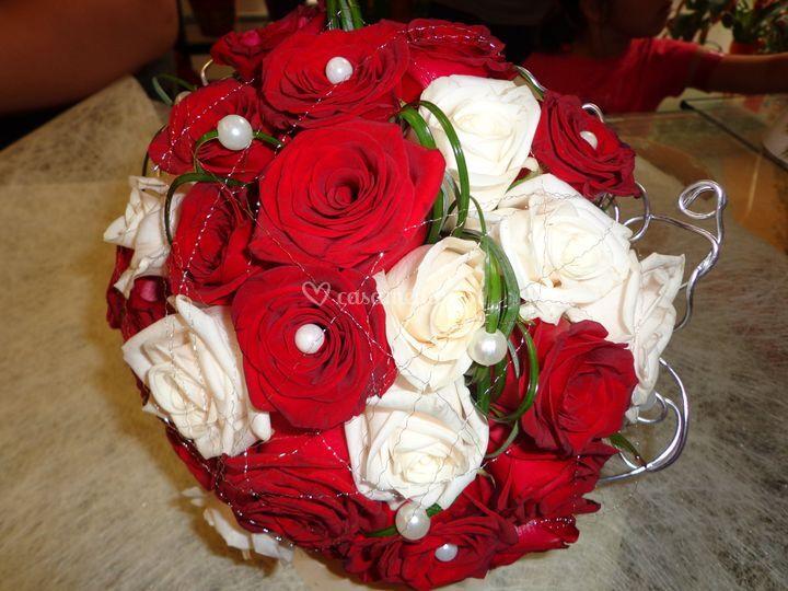 Ramo de noiva em tons vermelhos e brancos