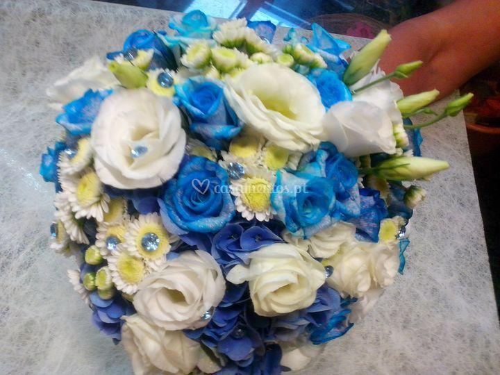 Ramo com rosas azuis