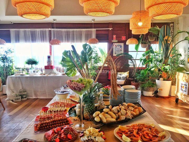Sala com mesa do bolo e buffet