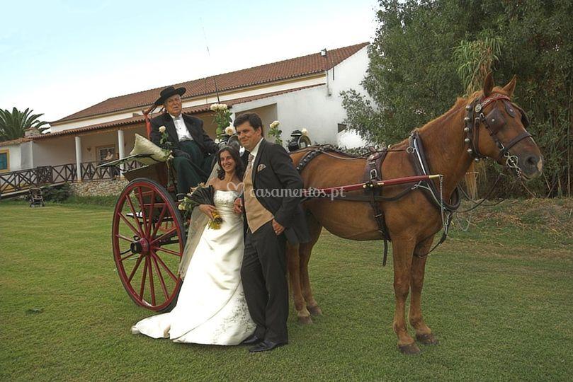 Charrete com os noivos