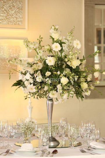 Castiçal com flores brancas