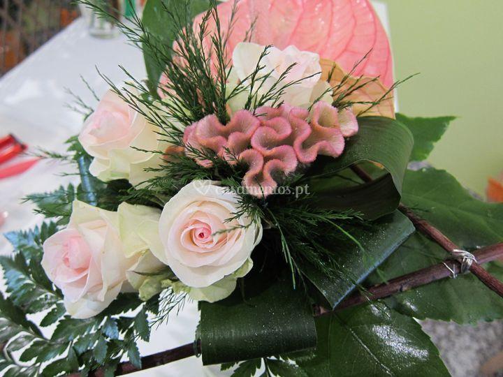 Ramo claro com celosias, rosas e anturios
