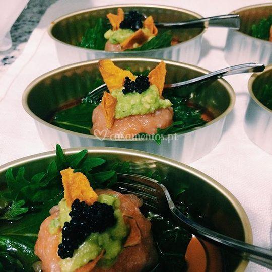 Picadinho de salmão e caviar