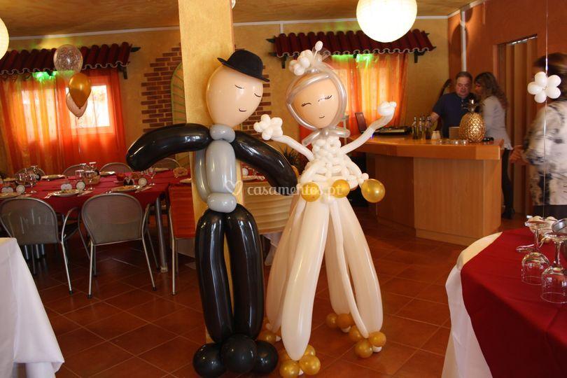 Noivo e noiva em balão