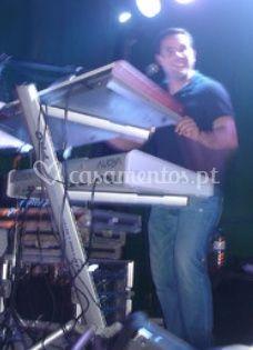 Ernesto Dinis teclados e voz