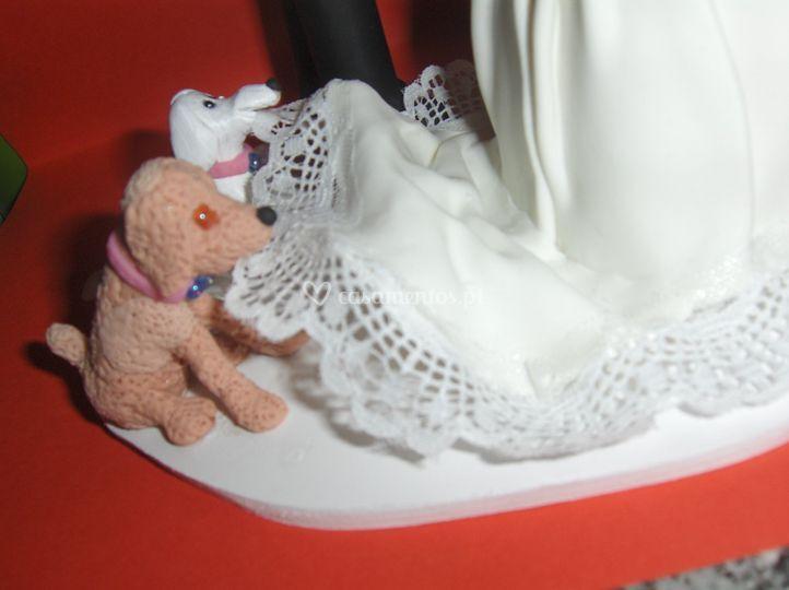 Cães puchando o vestido