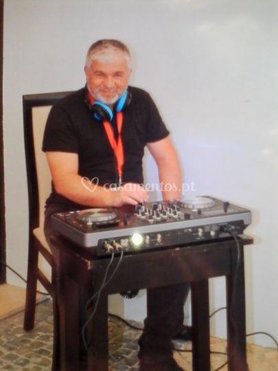 DJ Carteiro a preparar som amb