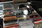 Fones em cima de mala CDs