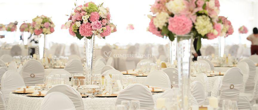 Mesa em tons de rosa e branco