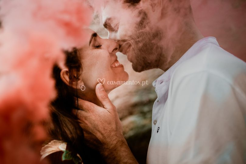 Noivos com bomba de fumo