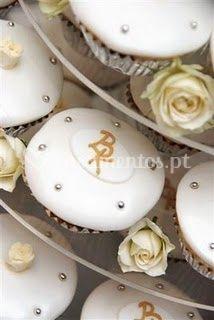 Cupcakes com as iniciais dos noivos
