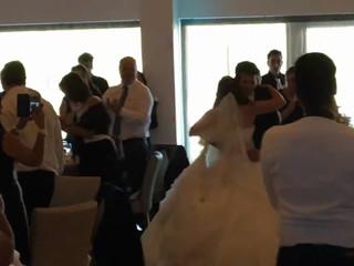 Entrada dos noivos na sala com saxofone