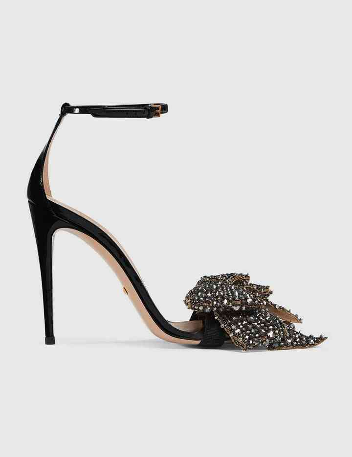Um par de sapatos pretos é o melhor amigo do visual
