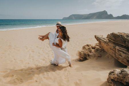 5 Estilos de sapatos originais para noivos que se casam na praia