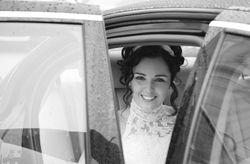 Como entrar e sair do carro dos noivos com estilo