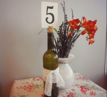 Marcadores de mesa com garrafas de vinho