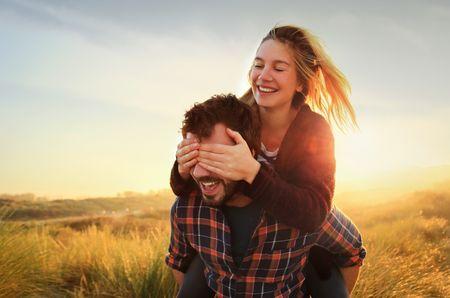 Casar é melhor do que juntar os trapinhos: 5 motivos que o comprovam