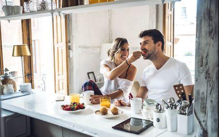 Os casais que cozinham juntos são mais felizes: 6 motivos que explicam porquê