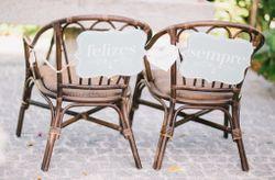 Cadeiras de noivos decoradas