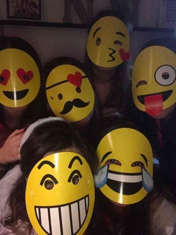 saímos à rua com as máscaras ahah