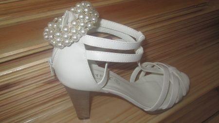 sapatos e pulseira dia c
