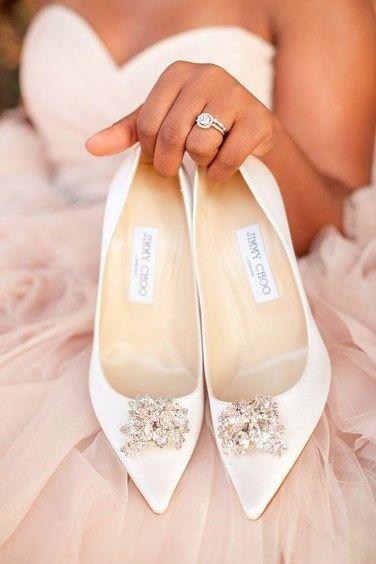 B. Sapatos de noiva