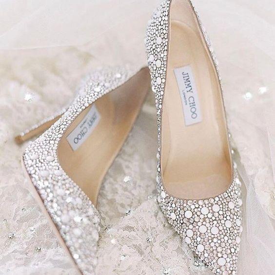 C. Sapatos de noiva