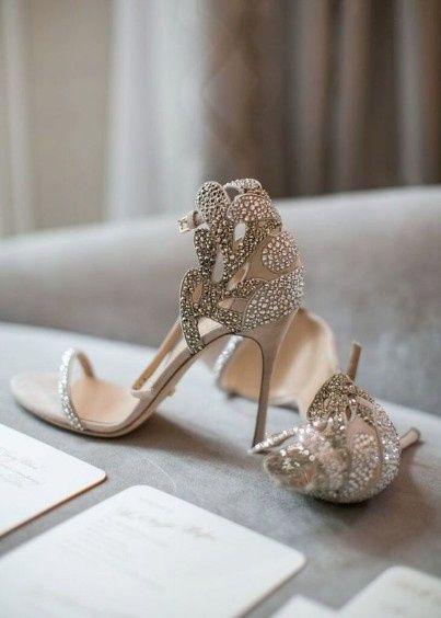 D. Sapatos de noiva