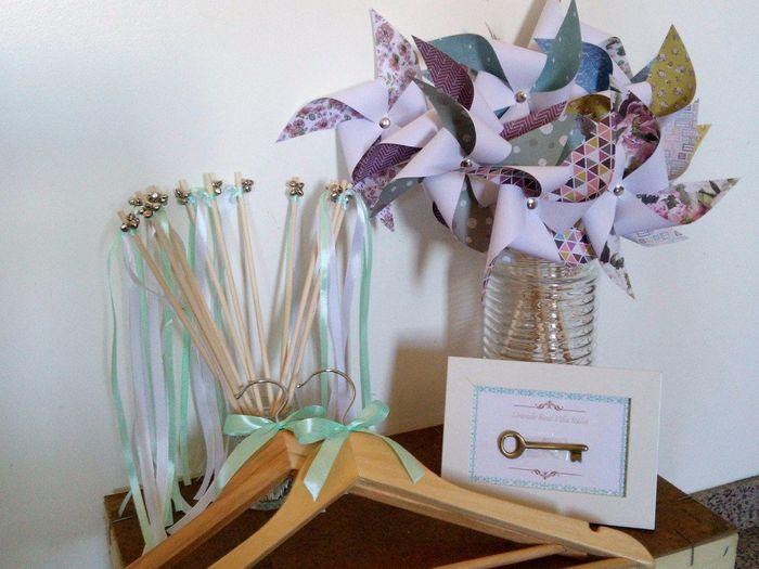 Moinhos de vento, varinhas da felicidade, cabides e moldura identificação mesas