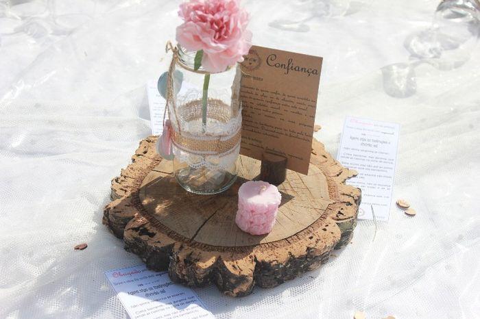 Centros de mesa (o pote tem corações de madeira pendurados) feito por mim + mensagens na mesa