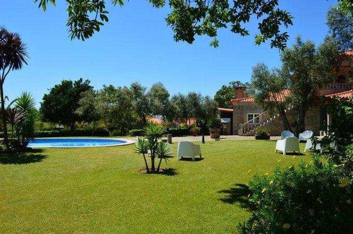Zona de jardim com piscina