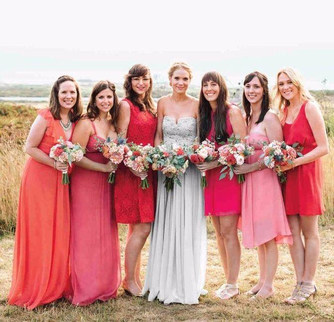 damas com vestidos, tons e comprimentos diferentes