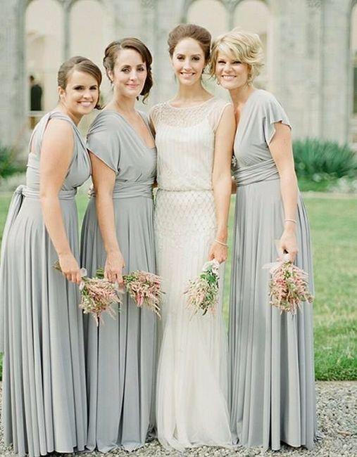 damas com vestidos diferentes e cor igual