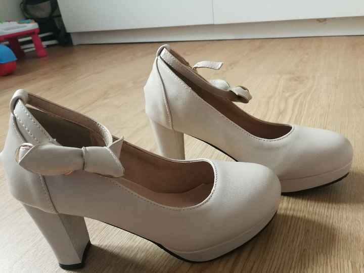 Meninas onde comprar sapatos ou sapatilhas brancos, marfim ou prata em conta?tenho visto alguns síti