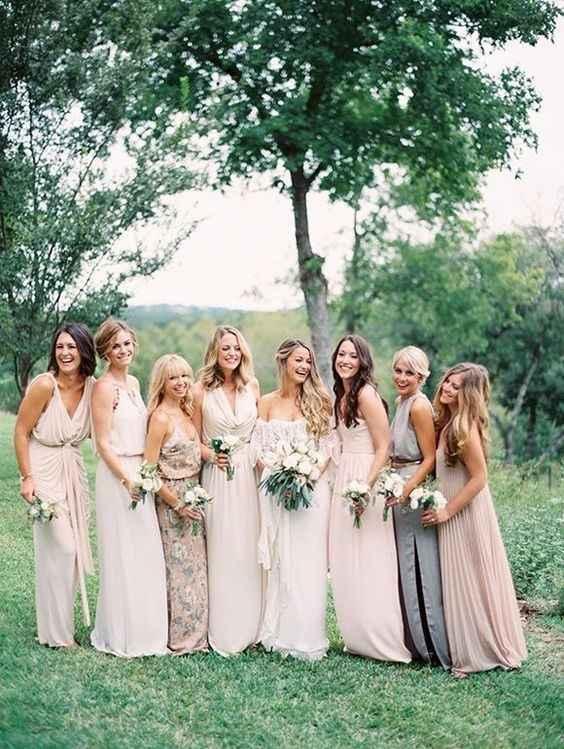 Damas de honor (a ideia dos vestido é serem fluídos apesar de uns curtos e outros compridos mas é es